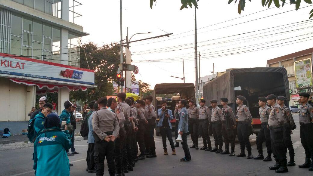 Dua Truk Polisi Hadang Aspirasi Mahasiswa saat Aksi #HujanImpor